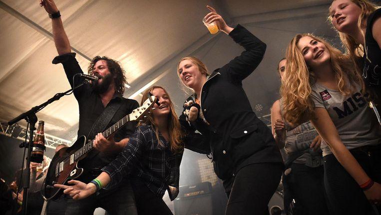 De Sallandse Rockbank Bökkers op het podium tijdens Boerenrock in Drouwenermond. Volgens de Raad van Cultuur moet er meer vanuit het regionale muziekleven worden gedacht. Beeld Marcel van den Bergh / de Volkskrant