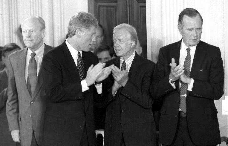 September 1993. Vier presidenten op een rij, v.l.n.r: Ford, (zittend president) Clinton, Carter en Bush. Beeld AFP