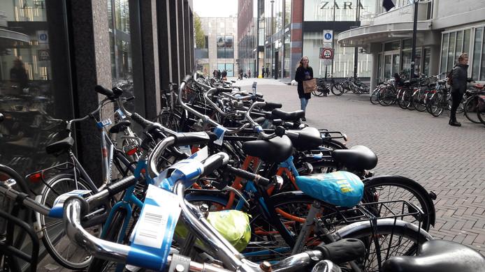 De informele fietsenstalling aan de Vlaamse Toren. De fietsen zijn  voorzien van blauwe labels. Die wijzen de eigenaar erop dat ze worden verwijderd als ze er over twee weken nog staan.