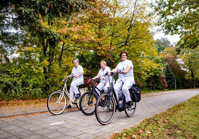 Gerda Bijsterbosch (vooraan) en twee collega's van het Gerle Ziekenhuis op de fiets.