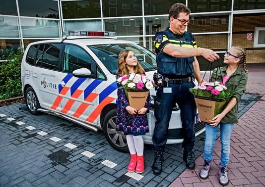 Tienerheldinnen worden gehuldigd bij politie Vlaardingen. Margaret, wijkagent Goran Oosterhuis en Djeda. Demi wilde niet op de foto.