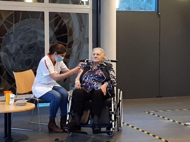 Tinie (101) krijgt eerste coronaprik in verpleeghuis in Bennekom