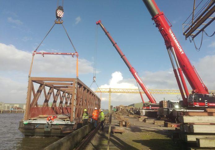 De vakwerkbrug wordt bij Wijma in Kampen op een ponton geladen om verscheept te worden naar Oirschot, waar hij over het Wilhelminakanaal komt te liggen.