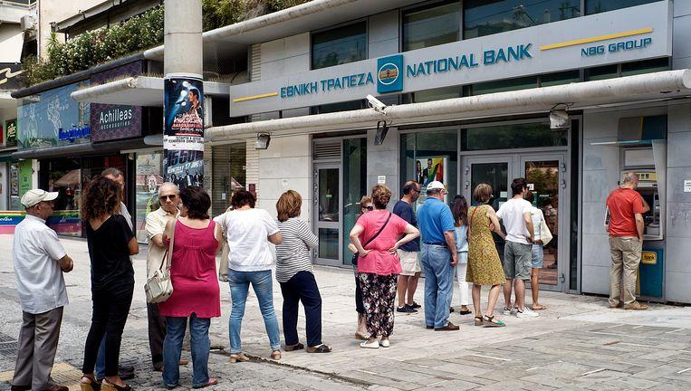 Lange rijen vandaag aan de bankautomaten in Griekenland. Er wordt gevreesd voor een bankrun. Daarom zouden de banken morgen gesloten blijven.