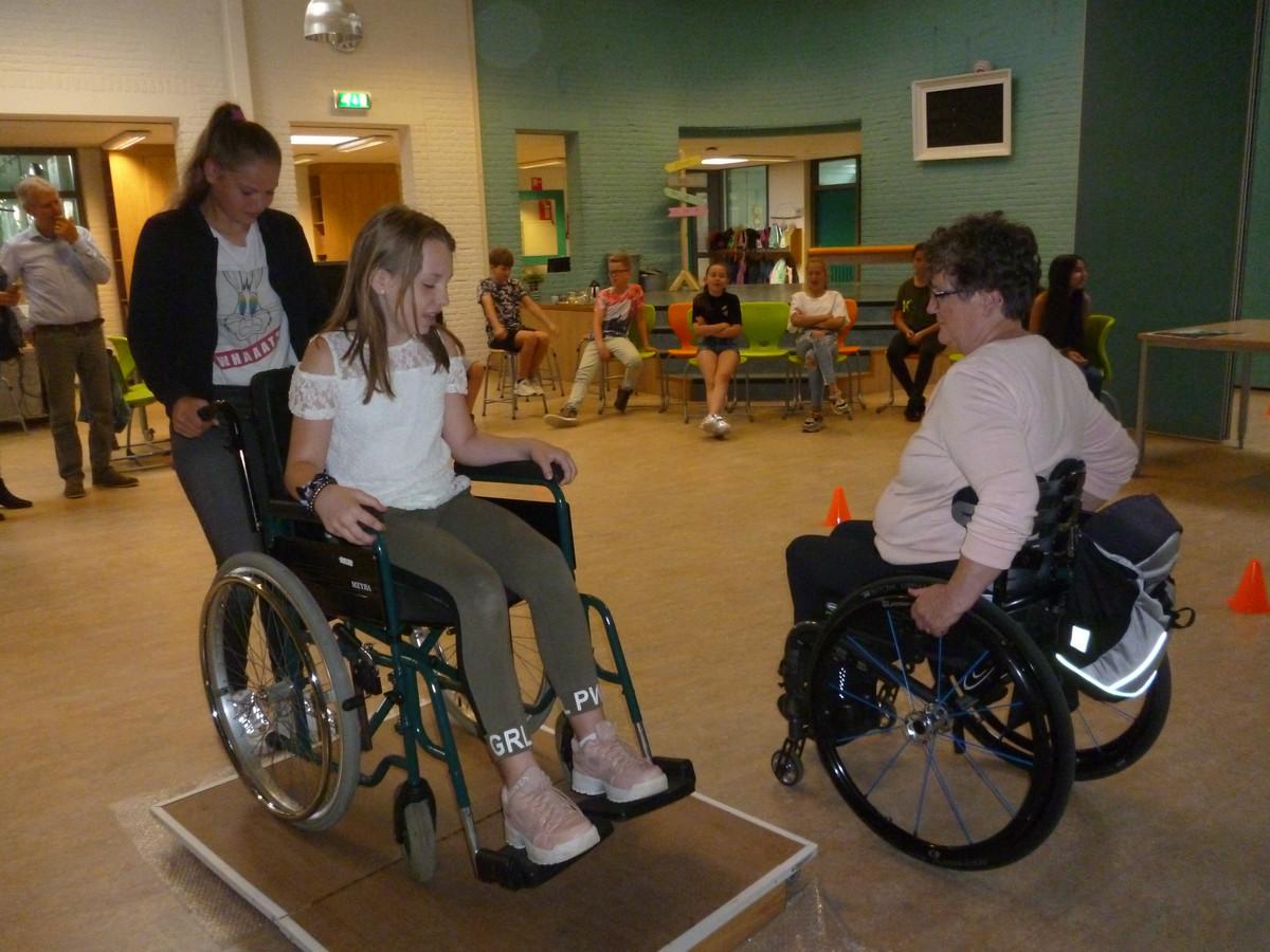 Leerlingen van basisschool 't Kwekkeveld in Schijndel krijgen info over het gebruik van een rolstoel.