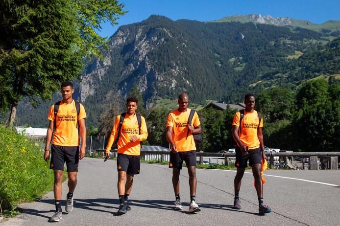 Cody Gakpo, Donyell Malen, Denzel Dumfries en Jordan Teze op weg naar een training van PSV in Zwitserland.