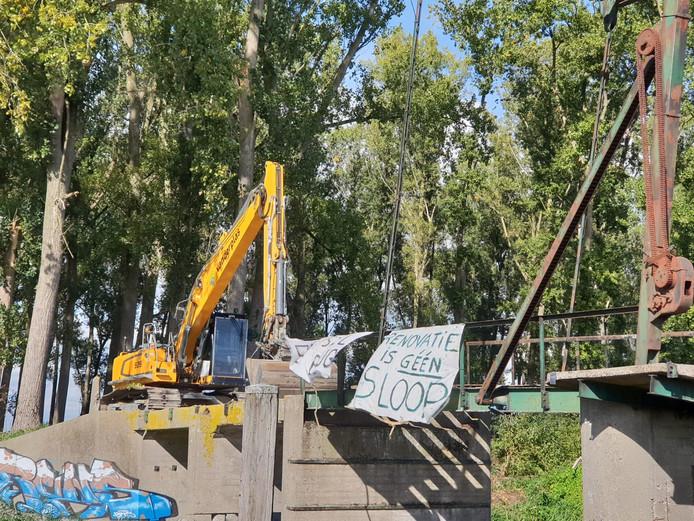 Protest tegen sloop van het bruggetje Jannezand in Hank.