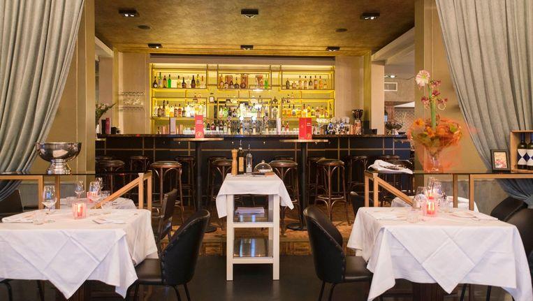 Centraal in het restaurant is de lange bar gebleven, waaraan je een aperitief kunt drinken Beeld Charlotte Odijk