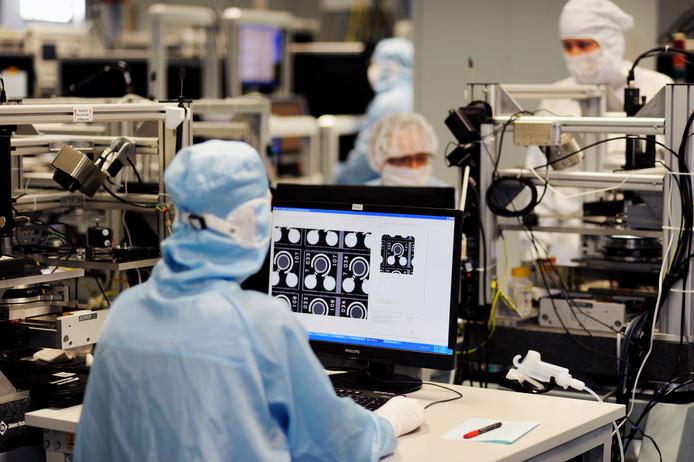 Werknemer aan het werk in de cleanroom Philips Photonics in Ulm dat wordt overgenomen door Trumpf.