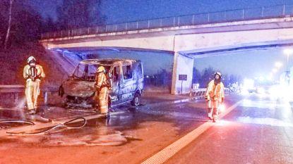 Auto brandt uit op autosnelweg E17 in Kruishoutem