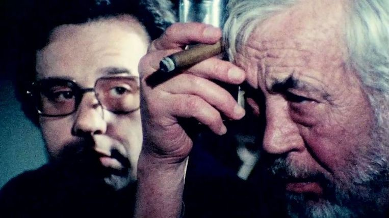 Peter Bogdanovich (links) en John Huston in The Other Side of the Wind.  Beeld
