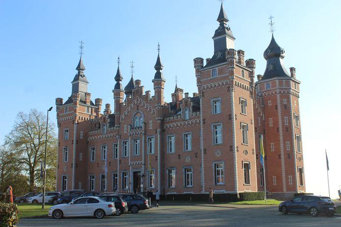 Het Kasteel De Viron, dat dienst doet als gemeentehuis.