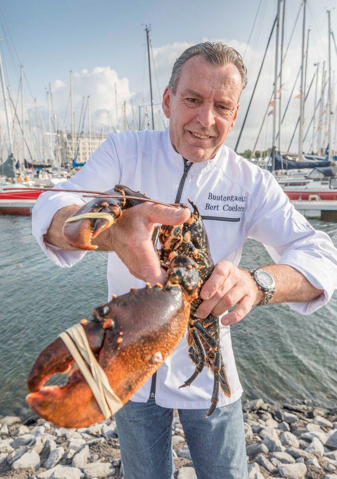 Chef-kok Bert Coelers toont een verse kreeft.