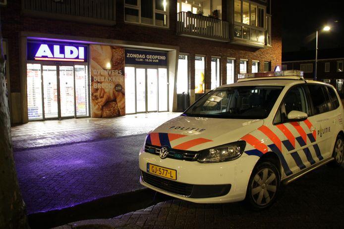 De politie bij de Aldi in Veenendaal.