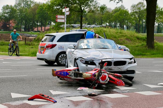 De motorrijder werd geschept door de auto
