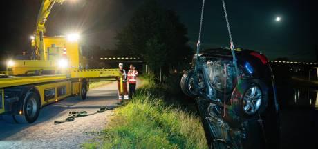 Auto belandt in Wilhelminakanaal na breken van sleeptouw in Tilburg