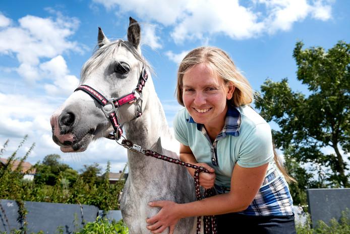 Paardenfokster Serena Wennekes met Welsh pony Bella.
