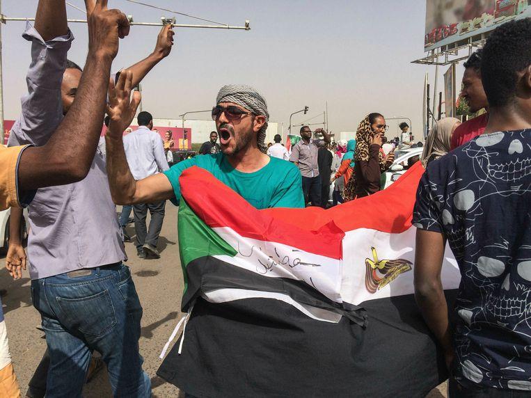 Soedanezen vieren in Khartoem de arrestatie van Omar al-Bashir na zijn dertigjarige bewind.  Beeld AP