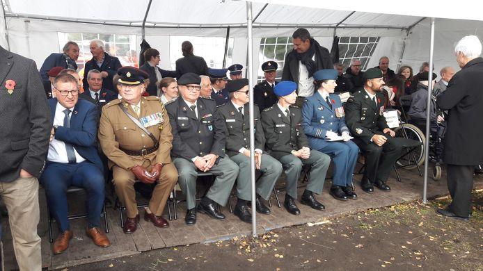 Canadese en Britse militairen wonen de ceremonie bij. Links burgemeester Heiner Kressmann. Rechts met lange jas ambassadeur Olivier Nicoloff.