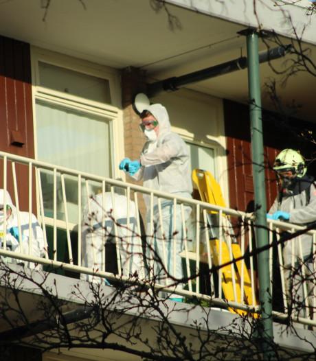 Buurman ziet vermeende coronapatiënt snakkend naar adem in galerij voor zijn flat liggen