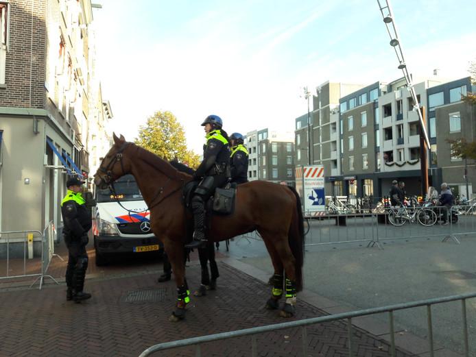 Er was ook politie ter paard aanwezig bij de intocht.