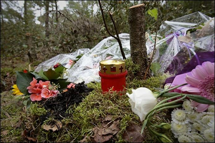 Bloemen en een kaarsje op de plek waar het lichaam van Melanie werd gevonden. Foto Bert Jansen