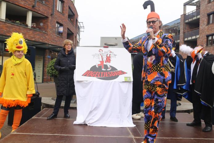 Burgemeester Heleen van Rijnbach-de Groot en Huub Hangop maken het thema bekend.