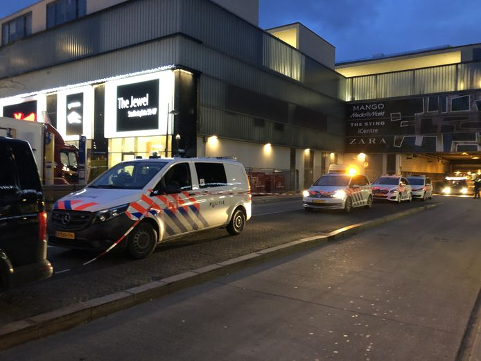 Het onderzoek na de schietpartij in het appartement aan het Stadhuisplein in Almere.
