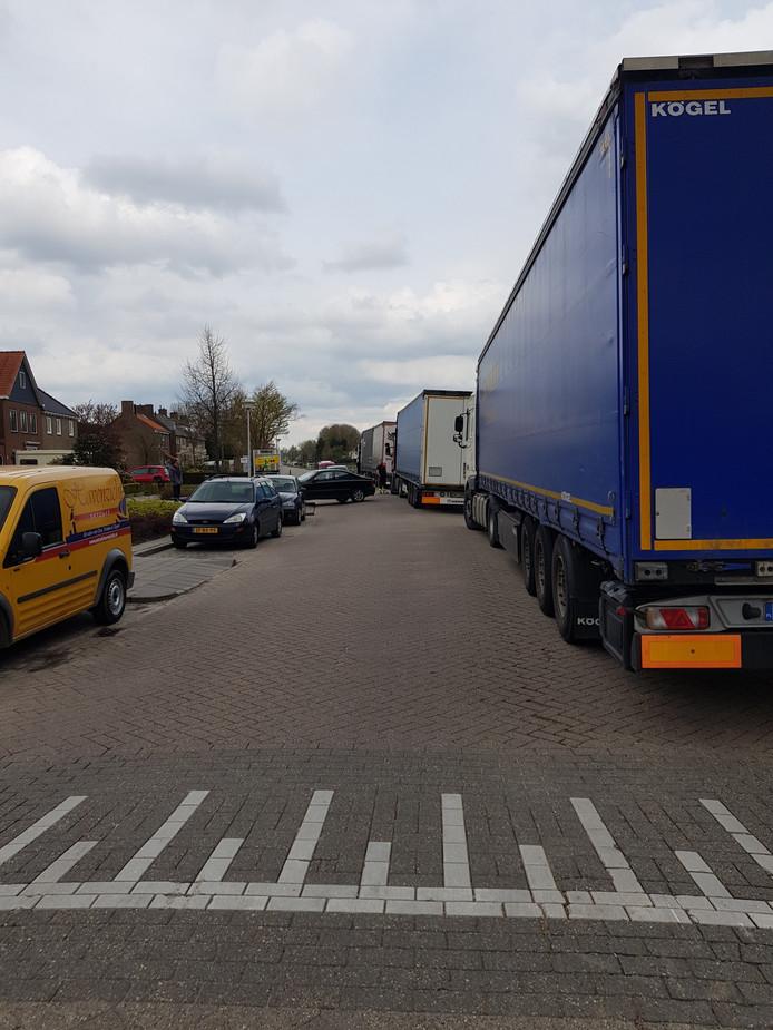 Overlast door vrachtwagens die naar aardappelhandel Kouters gaan, Havenweg Dinteloord