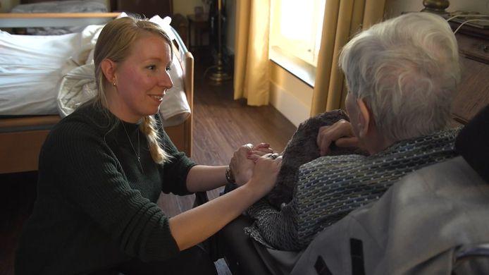 Marjolein Oonk testte het knuffelkussen bij bewoners van een zorghuis in Zwolle.