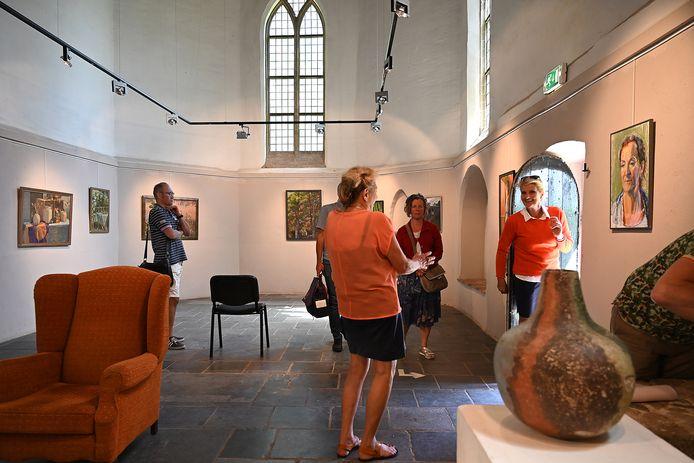 Het Velpse kerkje tijdens een expositie.
