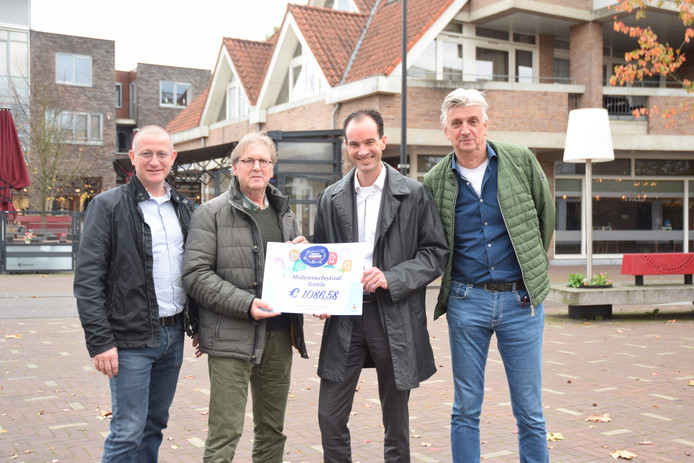 dfff3731670 Eduard Jamin van Rabobank Tilburg en omstreken (tweede van rechts) reikt de  cheque uit