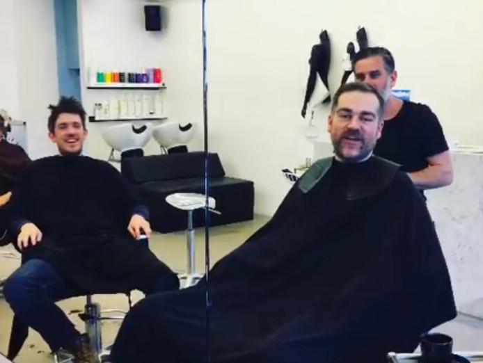 Klaas Dijkhoff bij zijn kapper.