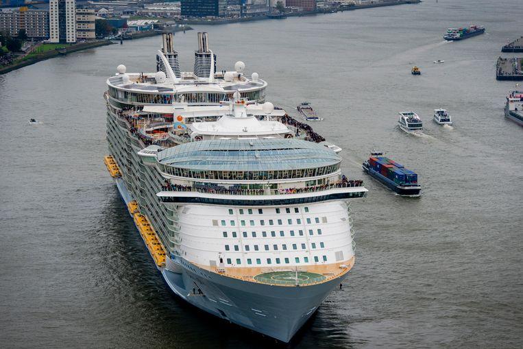 Het 72-meter hoge cruiseschip Oasis of the Seas werd in 2009 in het Finse Turku te water gelaten. Hier vaart het Rotterdam binnen. Beeld ANP