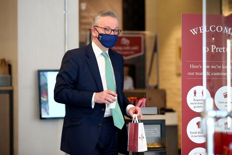 De Britse minister Gove ging overstag en droeg toch maar een mondkapje toen hij een broodje ging halen bij Pret a Manger.  Beeld Getty Images