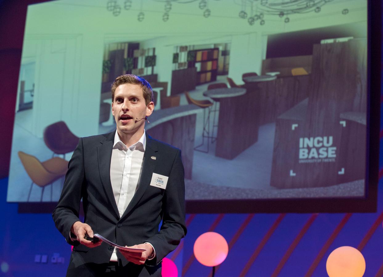 Student Union-voorzitter Jeroen Bos onthult de naam en logo van INCUBASE, de nieuwe werkplek in de Bastille op de campus, tijdens de Entrepreneurial Challenge op de UT.