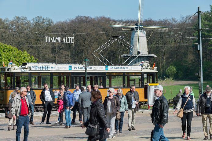 Toeristen in het Openluchtmuseum in Arnhem.
