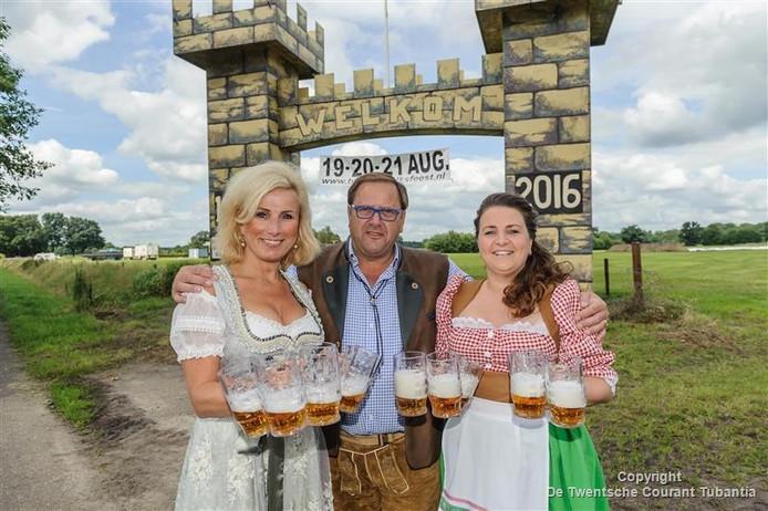 Eric Sijbes,voorzitter Stichting Volksfeesten Buurse samen met Esther Wijlens en Inge ter Heurne.