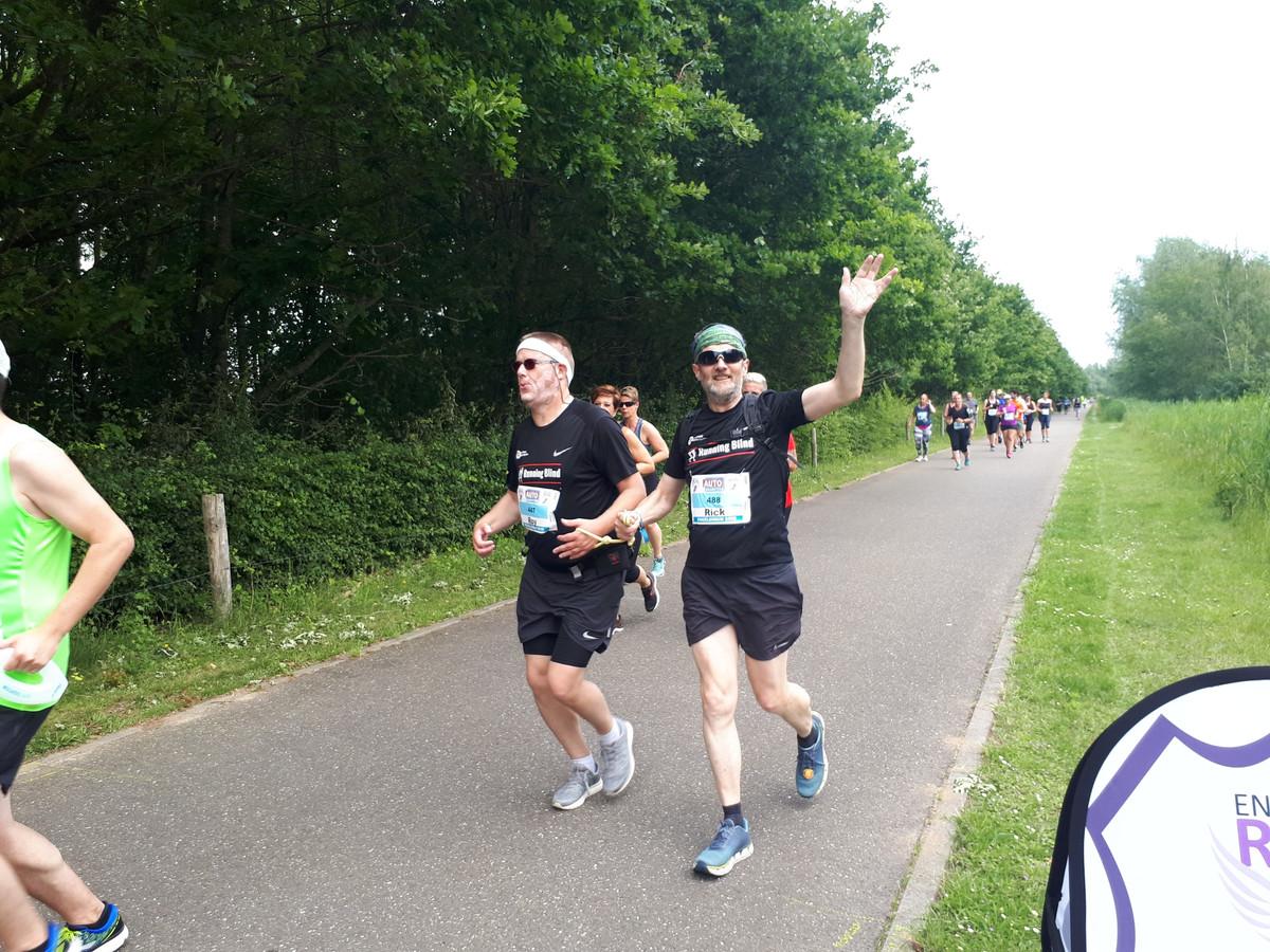 Links Roy van de Meijden (blind) loopt met zijn touwtje vast aan buddy Rick Setzpfand.