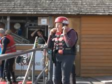 Wakeboardster Wilma (85) scheurt nog altijd over het water: 'Ze is de heldin van de Wollebrand'