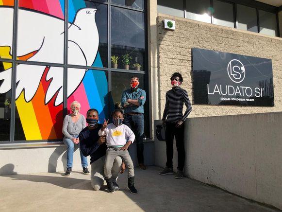 In de tweedehandswinkel Laudato Si' werden maskers gemaakt na het nieuws over het tekort.