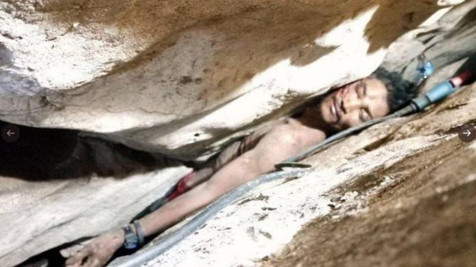 Un homme pris au piège entre deux rochers dans une grotte au Cambodge