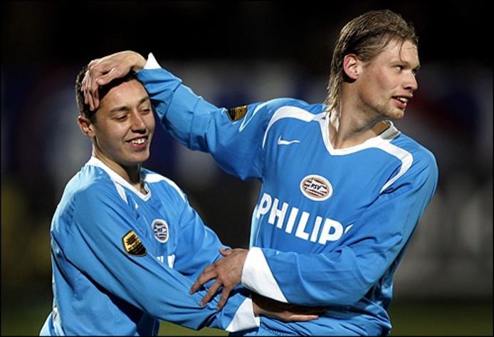 PSV-er Theo Lucius (R) feliciteert doelpuntmaker Ismail Aissati (0-1) zaterdag tijdens de eredivisiewedstrijd tegen Willem II in Tilburg. Foto ANP/Robert Vos
