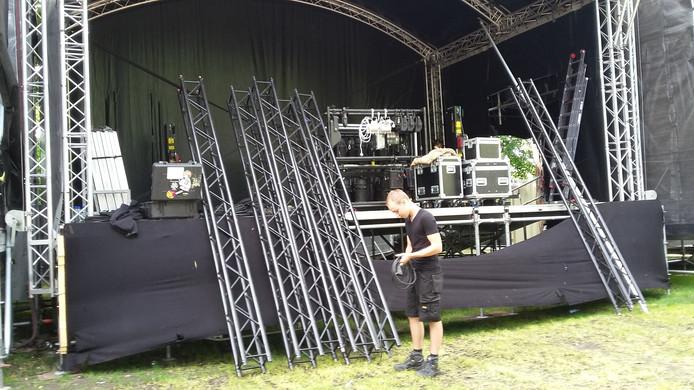 Met vijf andere collega's breekt Jarno Goedegebuur het podium in het Valkhofpark af. Om negen uur vanavond moet het schoon en opgeruimd zijn.