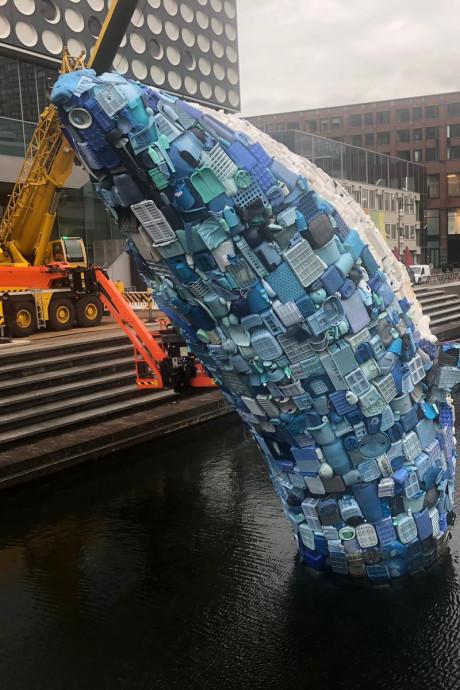 Walvis zet voorbijgangers aan het denken: 'Ik gooi nóóit afval op straat'