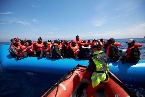 Een reddingssloep van Sea Watch vaart tot aan een opblaasboot met vluchtelingen op de Middellandse Zee. Foto uit april 2019.
