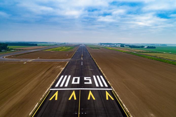 De nieuwe start- en landingsbaan van Lelystad Airport.