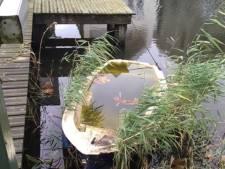 Woerden haalt nu ook zinkende bootjes in het water in Waterrijk weg