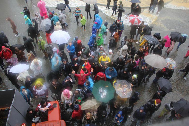 Tientallen Aalstenaars waagden zich met hun paraplu door het gure weer voor de Ajuinenworp.