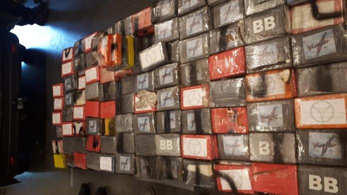 In de verborgen ruimte van de bestelbus zat bijna 500 kilo cocaïne.